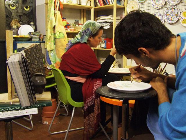 工房で作業する人たち