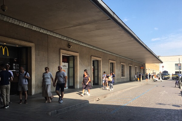 フィレンツェ駅の荷物預かり場所への歩道