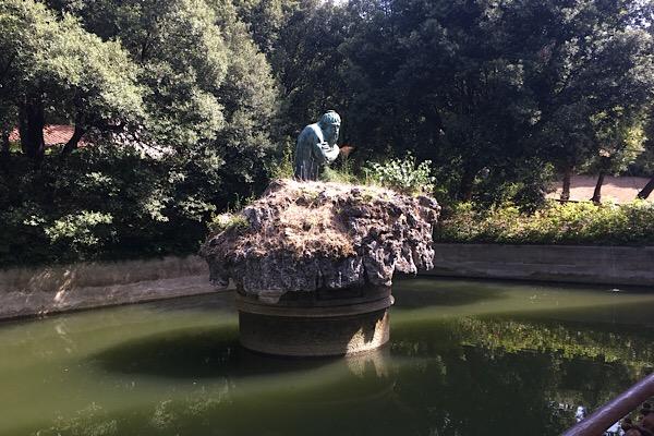 カステッロの池と彫刻