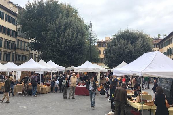 サントスピリト広場の市場