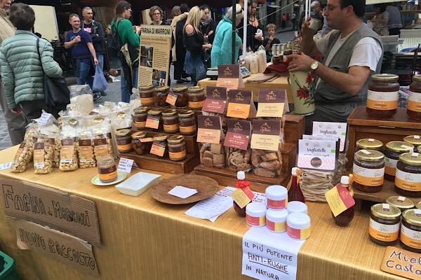 サントスピリト広場の市場、栗製品の屋台