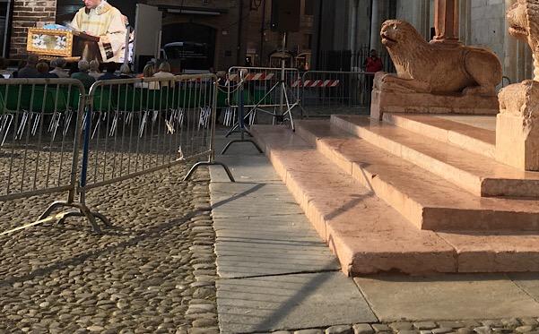 グランデ広場の石畳