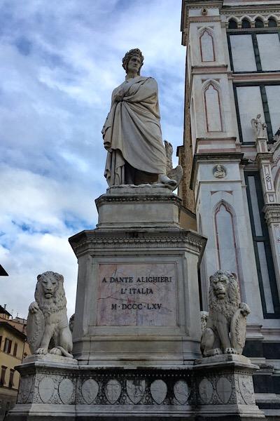 サンタクローチェ広場のダンテの像