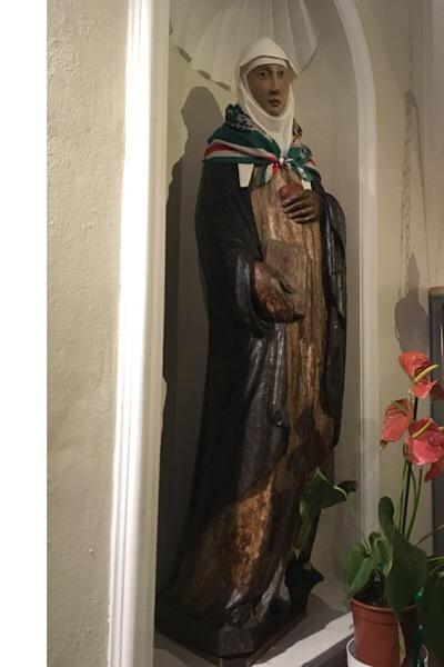 聖女の等身大の像