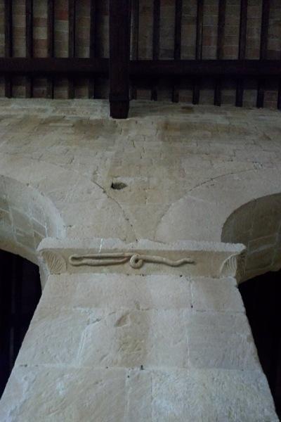蛇の柱頭飾り