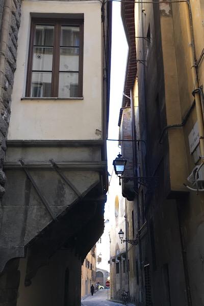 ブラケ通りの持ち出し式の建物