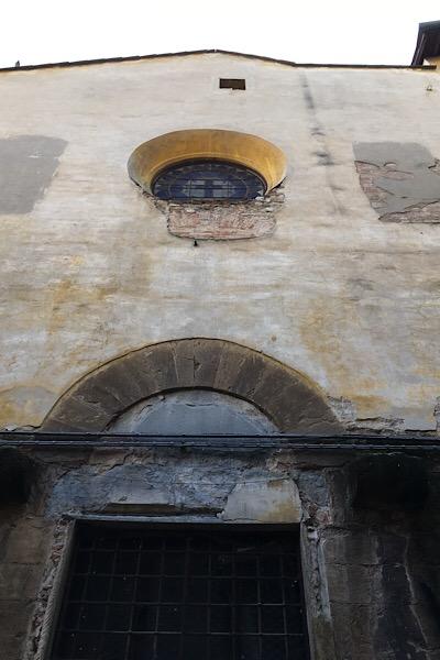 扉と窓が塗り固められたかつての教会正面