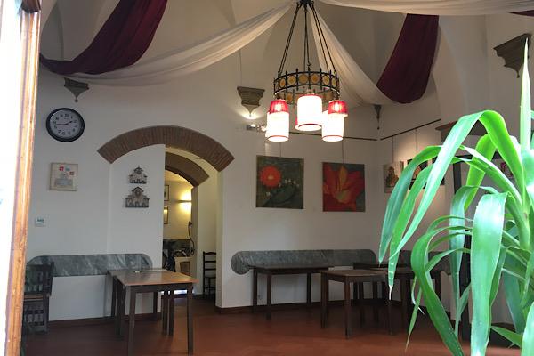 空っぽのレストランの店内